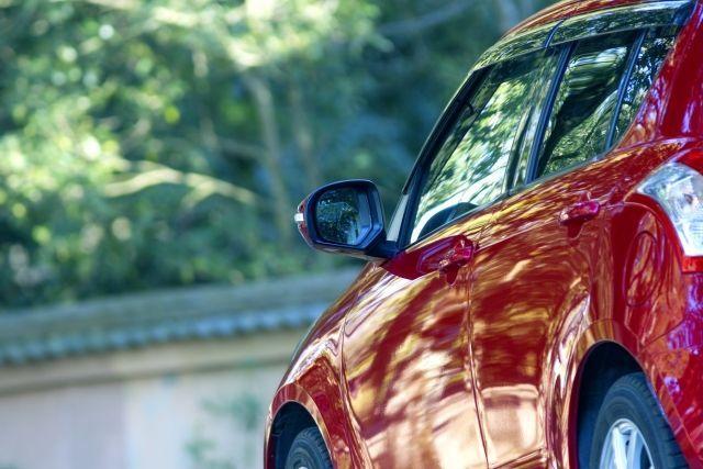 ピカピカに輝く真っ赤な車